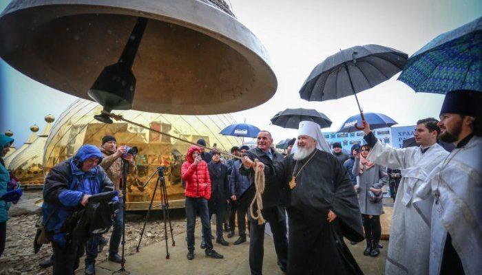 Митрополит Кирилл совершил освящение крестов, куполов и колоколов храма князя Владимира